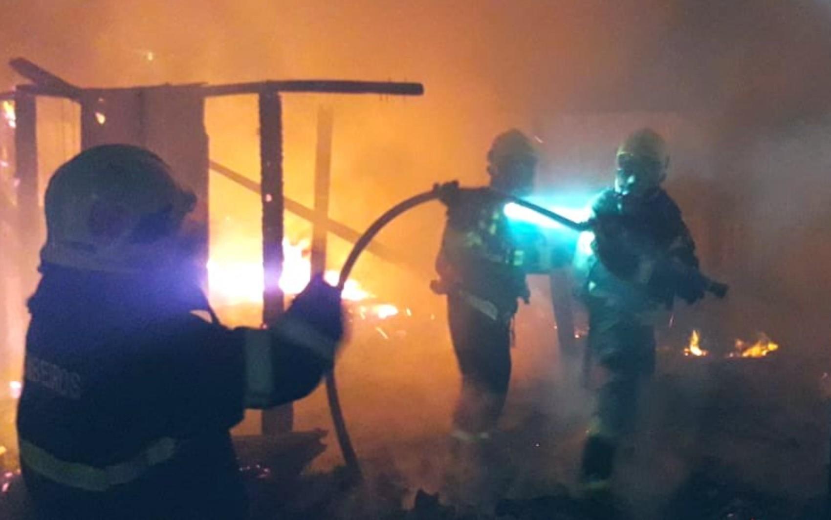 Casa de madeira é destruída por incêndio, em Luziânia