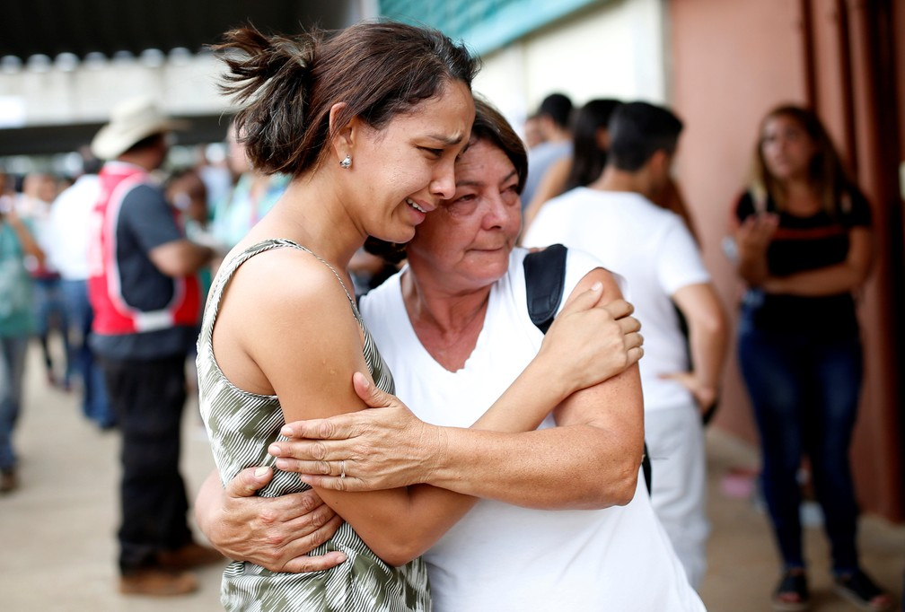 Parentes de desaparecidos reagem após o rompimento da barragem da mineradora Vale, em Brumadinho, neste sábado (26). — Foto: Reuters/Adriano Machado
