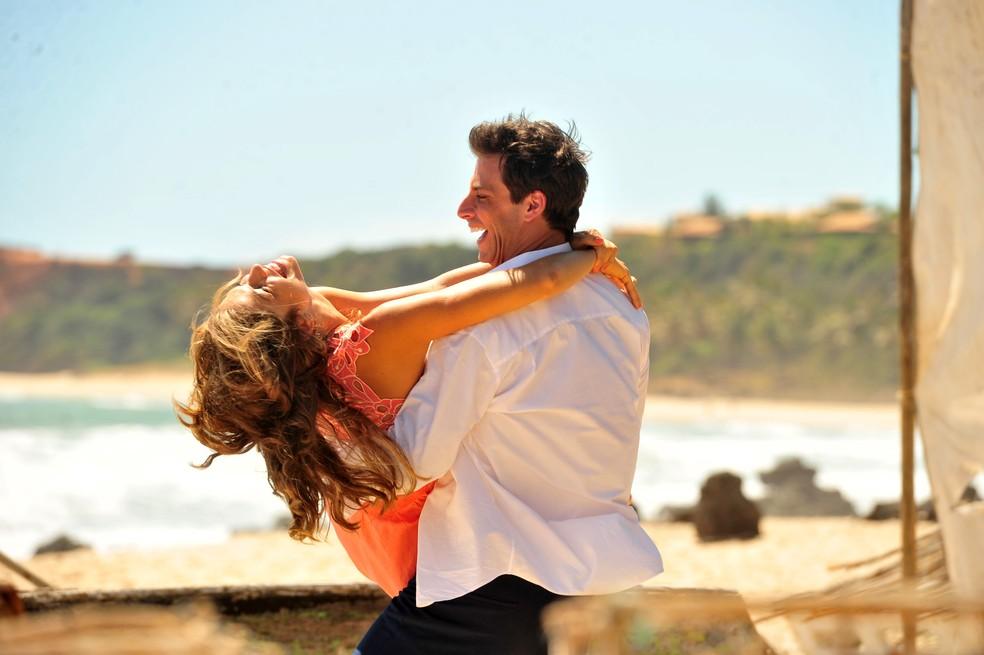 Ester (Grazi Massafera) e Cassiano (Henri Castelli) serão um casal apaixonado em 'Flor do Caribe' — Foto: João Miguel Júnior/Globo