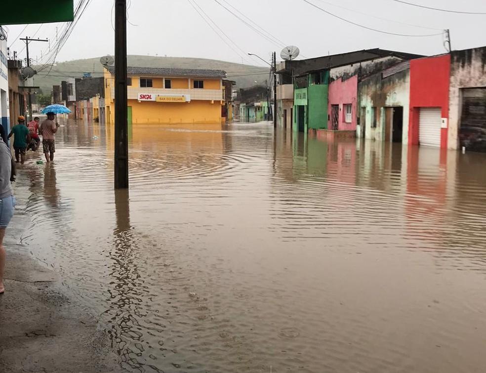 Chuvas invadiram as ruas de Barra de Guabiraba — Foto: Ruth Máximo/Divulgação
