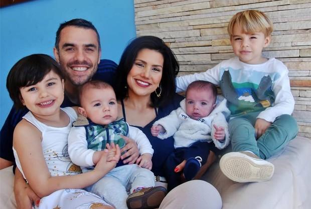 Marian Felício e Daniel Saulo com os quatro filhos (Foto: Marta Figueiredo)