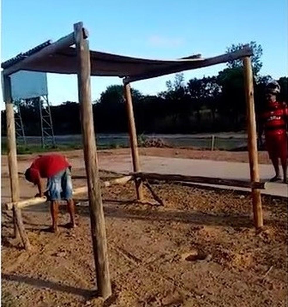 Moradores constroem ponto de ônibus improvisado em Palmas — Foto: Reprodução/TV Anhanguera