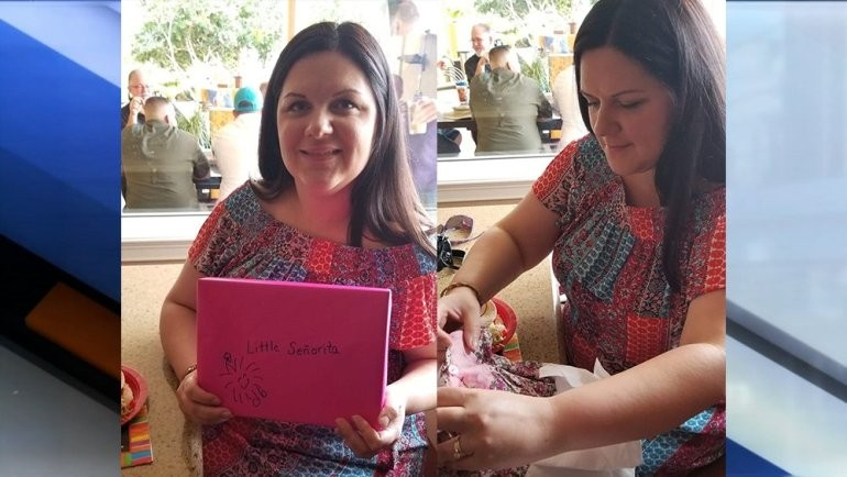 Marjorie Zarbaugh recebe o presente de sua mãe para sua filha. (Foto: Reprodução)