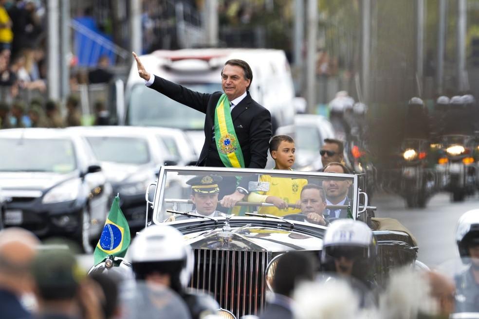 Ivo Cezar Gonzaga, de 9 anos, desfila ao lado de Jair Bolsonaro no Rolls-Royce presidencial — Foto: Fabio Rodrigues Pozzebom/Agência Brasil