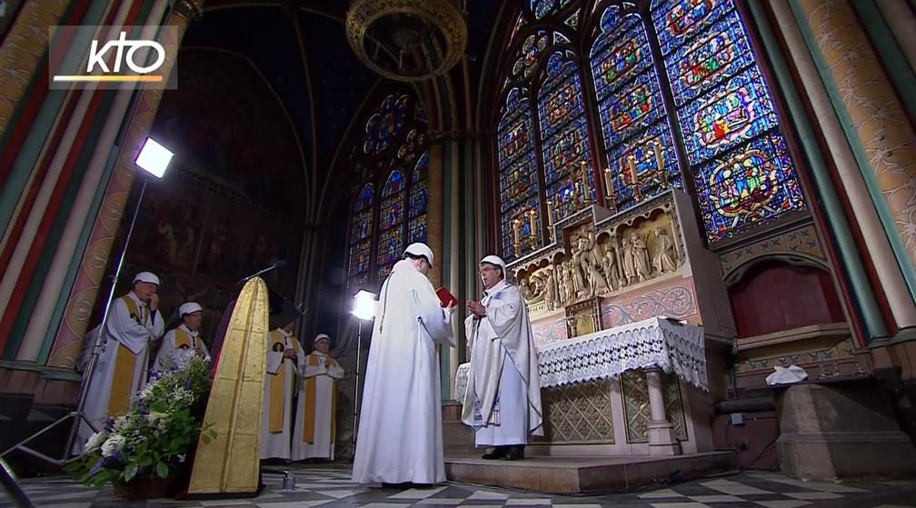 Catedral de Notre-Dame em Paris recebeu neste sábado (15) a primeira missa após o incêndio que a destruiu parcialmente — Foto: Reprodução/KTOTV
