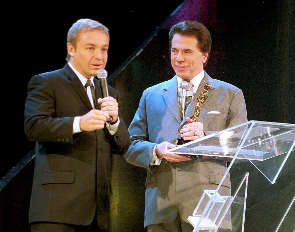 Os apresentadores Gugu Liberato e Silvio Santos durante a gravação do programa 'Troféu Imprensa', no SBT, em São Paulo, em abril de 2002 — Foto: Celso Junior/Estadão Conteúdo/Arquivo