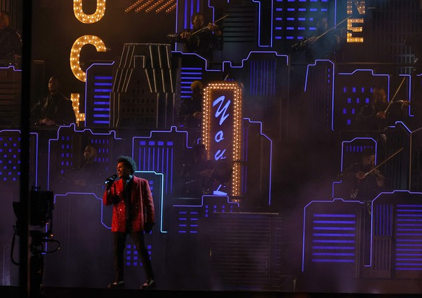 TAMPA, FLORIDA - FEBRUARY 07: The Weeknd performs during the Pepsi Super Bowl LV Halftime Show at Raymond James Stadium on February 07, 2021 in Tampa, Florida. (Photo by Kevin C. Cox/Getty Images) (Foto: Getty Images)
