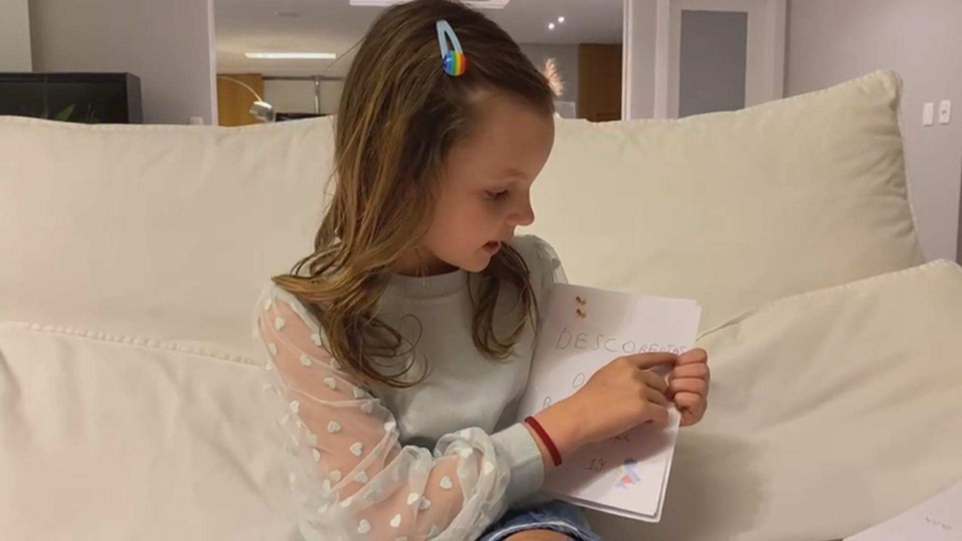 Menina de 7 anos faz livro de orientações para ajudar avô na recuperação após a Covid no RS