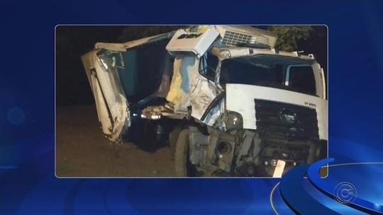 Motorista morre após ter carro 'achatado' por caminhão no interior de SP