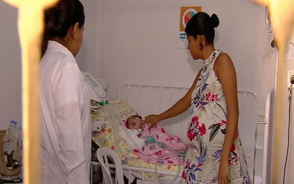 Mãe pede ajuda para melhorar condições da filha de 1 ano que sofre de doença rara, em Goiânia — Foto: TV Anhanguera/Reprodução