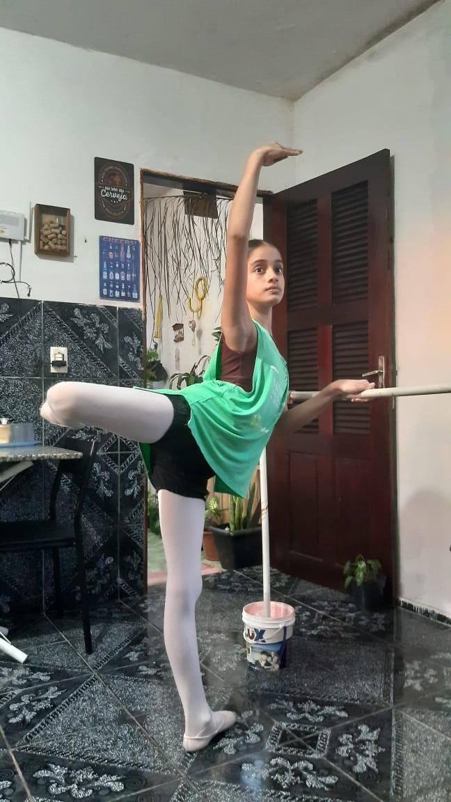 Bailarina de 11 anos adapta casa para continuar treinando a dança durante quarentena em Fortaleza