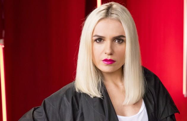 Monica Iozzi vive Kim, assistente pessoal de Vivi Guedes, nome artístico de Virgínia (Foto: TV Globo)