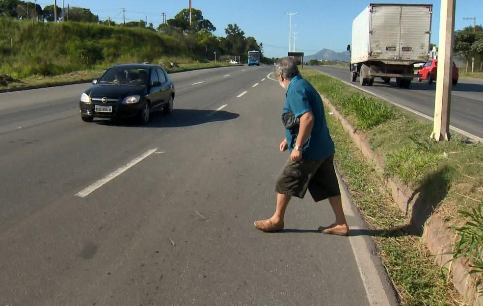 Pedestre se arrisca para atravessar a Rodovia do Contorno, no Espírito Santo (Foto: Reprodução/ TV Gazeta)