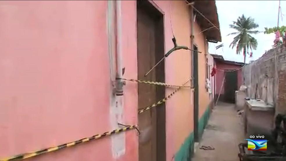Local onde a vítima morava foi isolado após o incidente.  (Foto: Reprodução/TV Mirante)