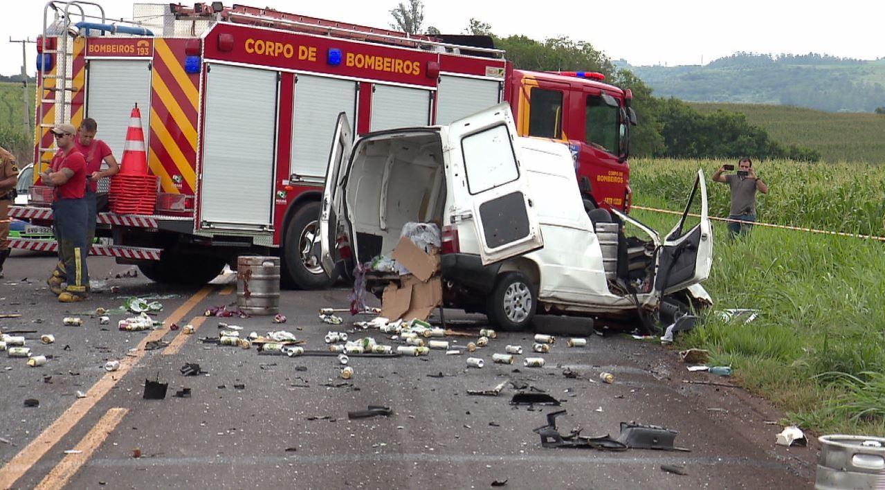 Batida entre carro e caminhão deixa um jovem morto, na PR-317