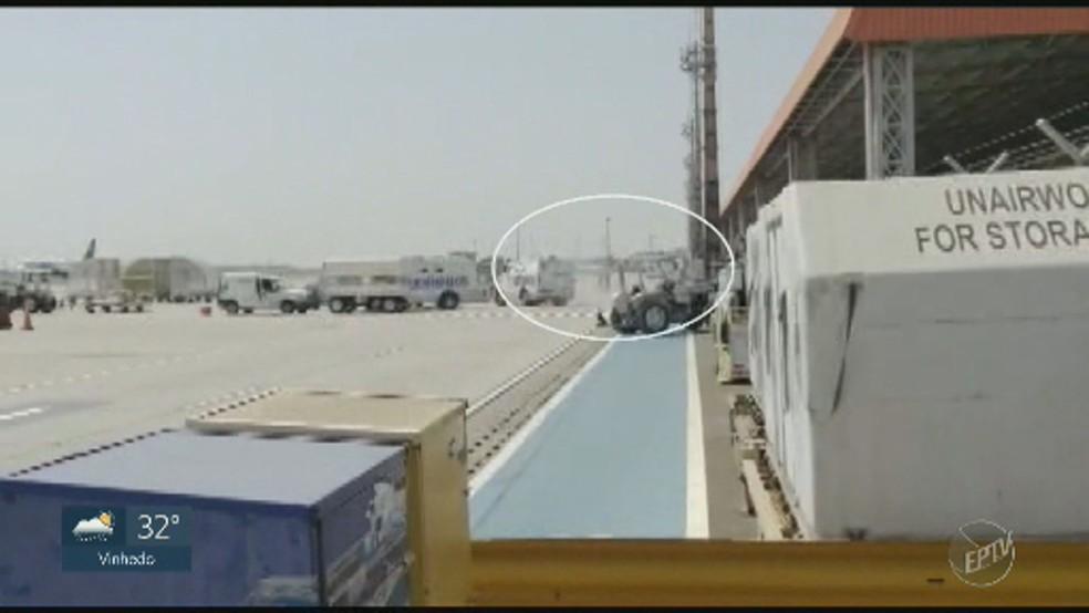 Carro-forte é cercado por criminosos na pista do Aeroporto de Viracopos em Campinas — Foto: Reprodução/EPTV