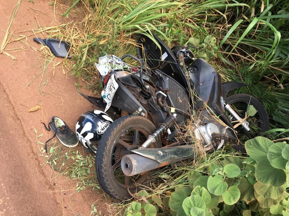 A moto em que estavam duas mulheres e uma criança ficou destruída. — Foto: TVCA