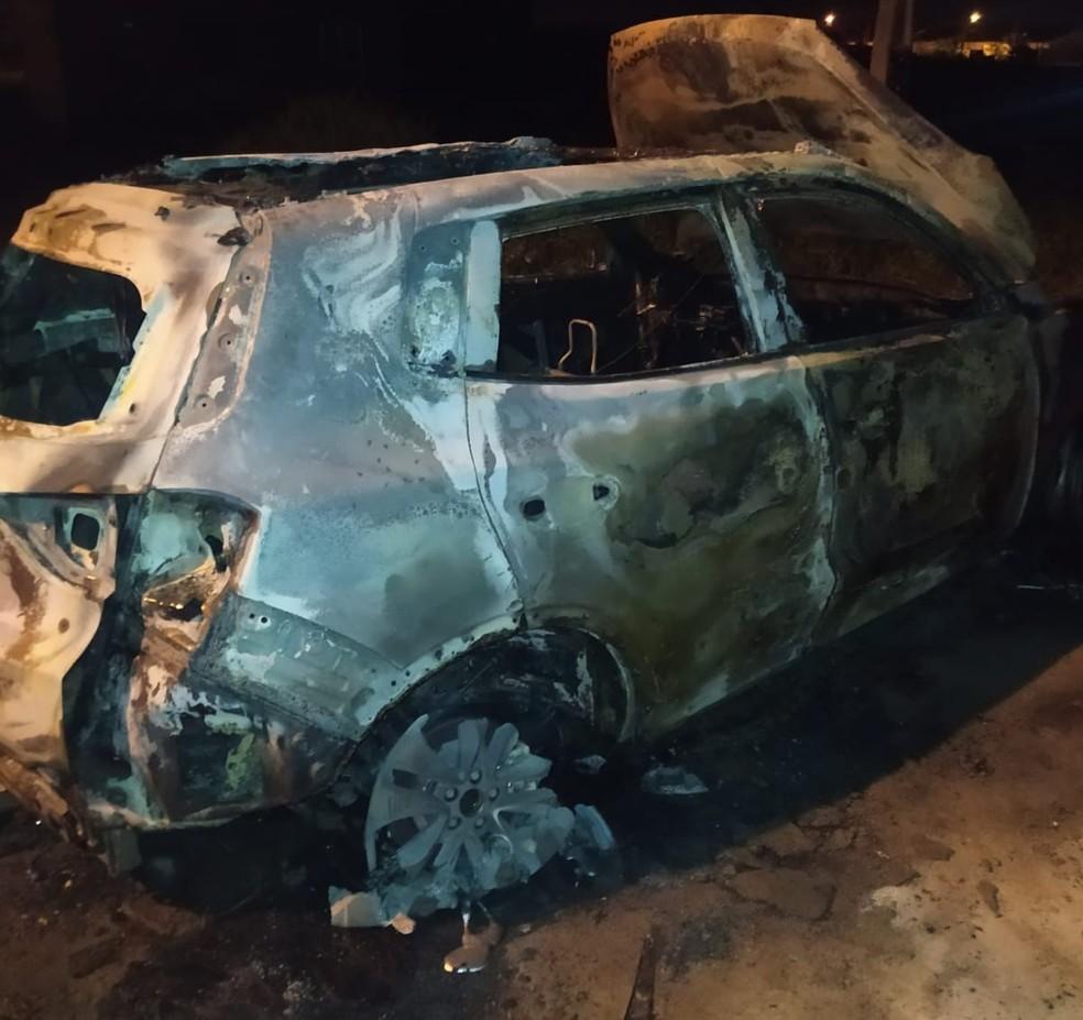 Carro da vítima foi encontrado incendiado por equipes da Polícia Militar em Itanhaém, SP — Foto: Reprodução