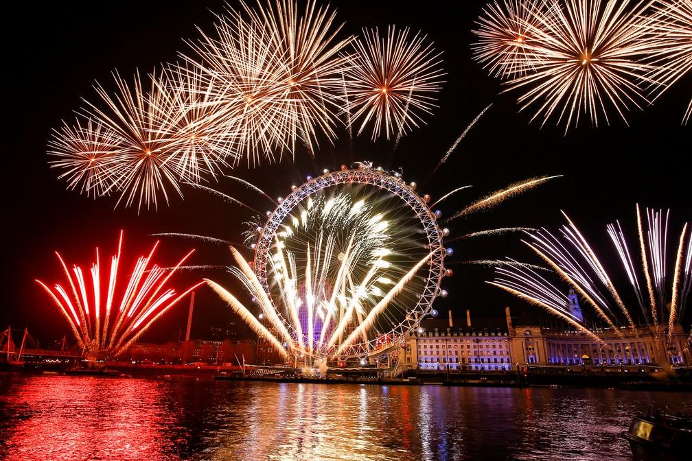"""Fogos de artifício marcam a virada sobre a roda gigante """"London Eye"""", durante as comemorações do ano novo no centro de Londres na quarta-feira (1°) — Foto: Henry Nicholls/Reuters"""