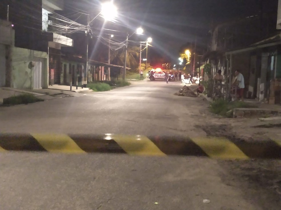 Polícia isolou o bairro após bomba ser explodida em ponte durante a noite de segunda-feira  — Foto: Leáben Monteiro/Sistema Verdes Mares