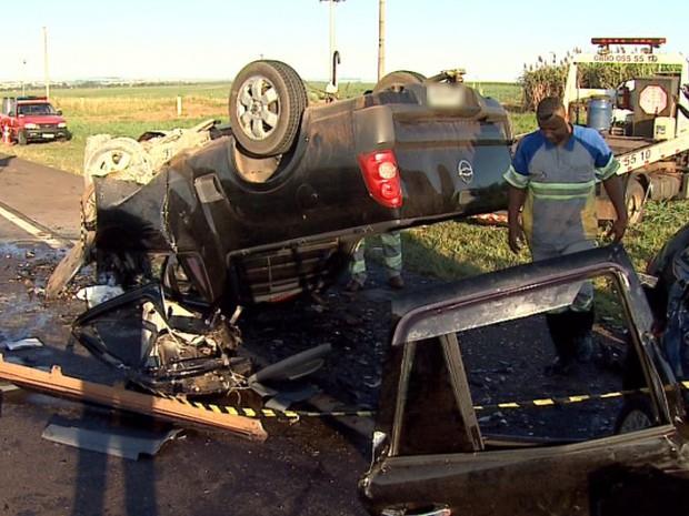 Dois homens e três mulheres morreram no local em acidente entre dois veículos (Foto: Fábio Júnior/EPTV)