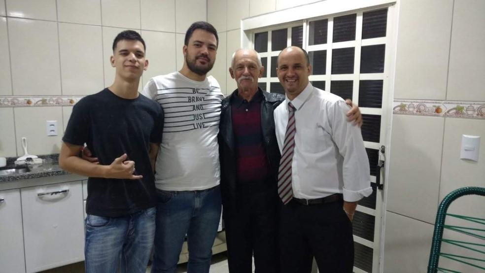 Lucas Moreti, de Bauru, com o pai e os irmãos Gabriel e Rafael — Foto: Arquivo pessoal
