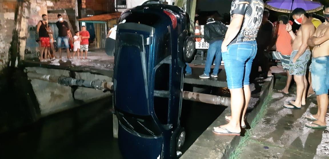 Motorista de aplicativo perde controle de carro e cai dentro de canal, em Fortaleza