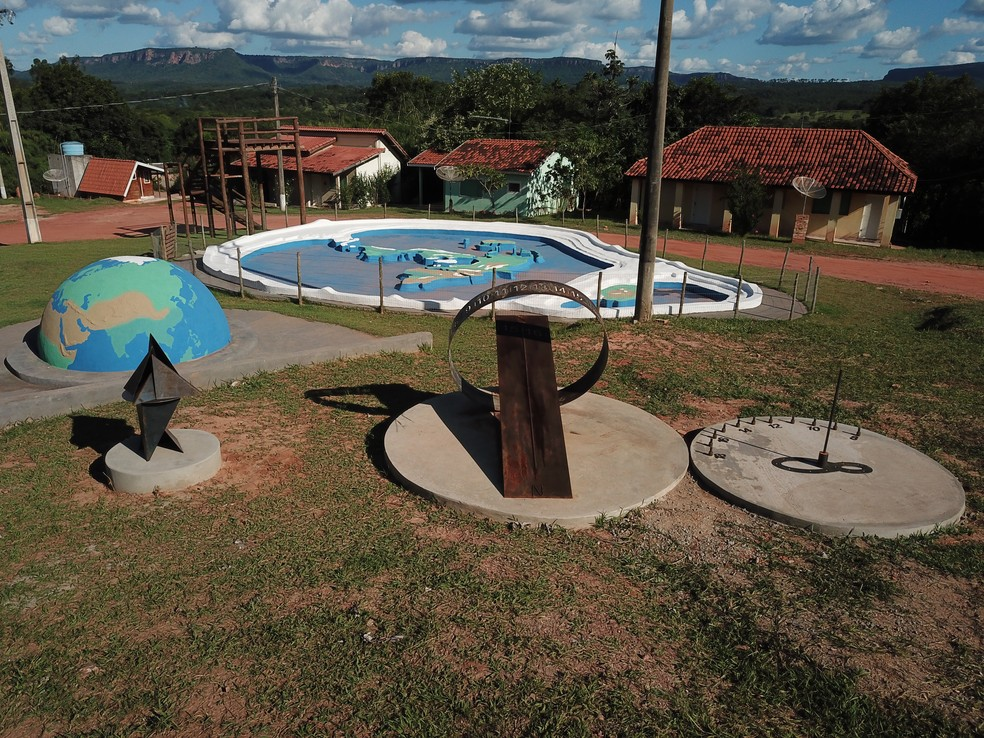 Monumento relógio do sol e maquete da terra convexa — Foto: Divulgação