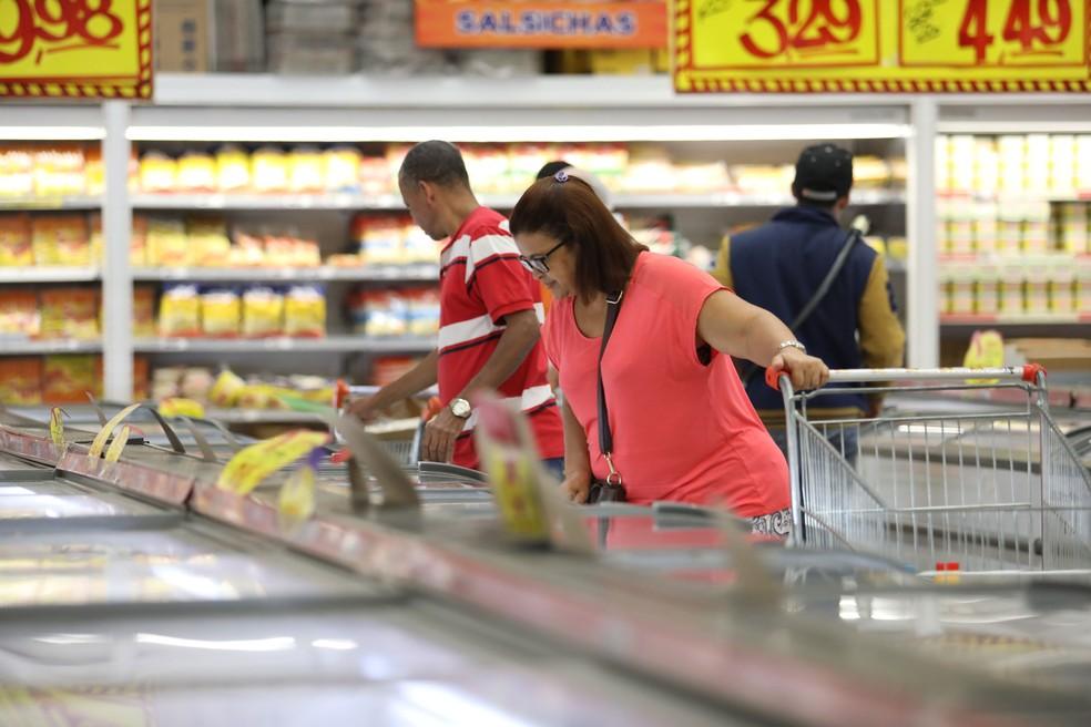 Consumidora faz compras em supermercado; hipermercado (Foto: Fabio Tito/G1)