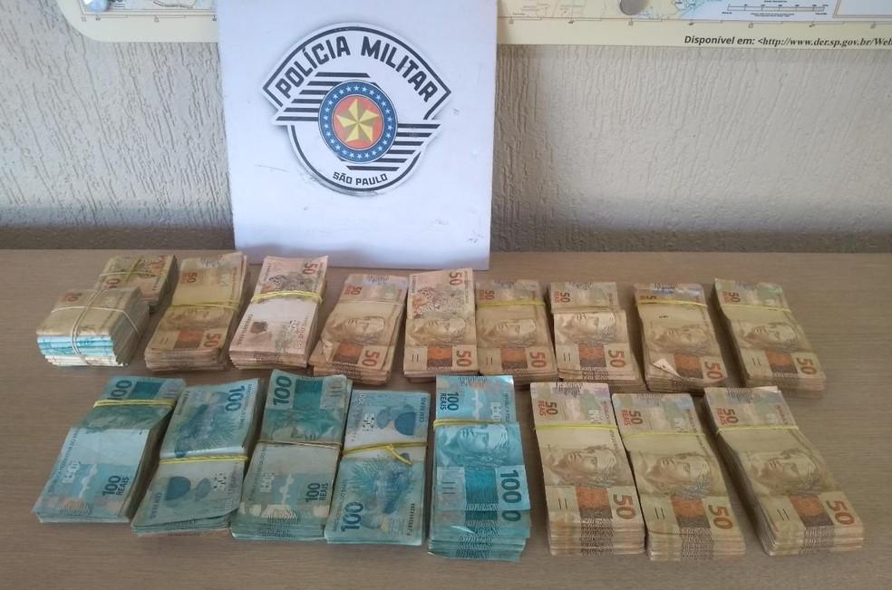 Segundo a polícia, havia cerca de R$ 100 mil reais no caminhão; ocorrência está em andamento — Foto: Polícia Rodoviária/Divulgação