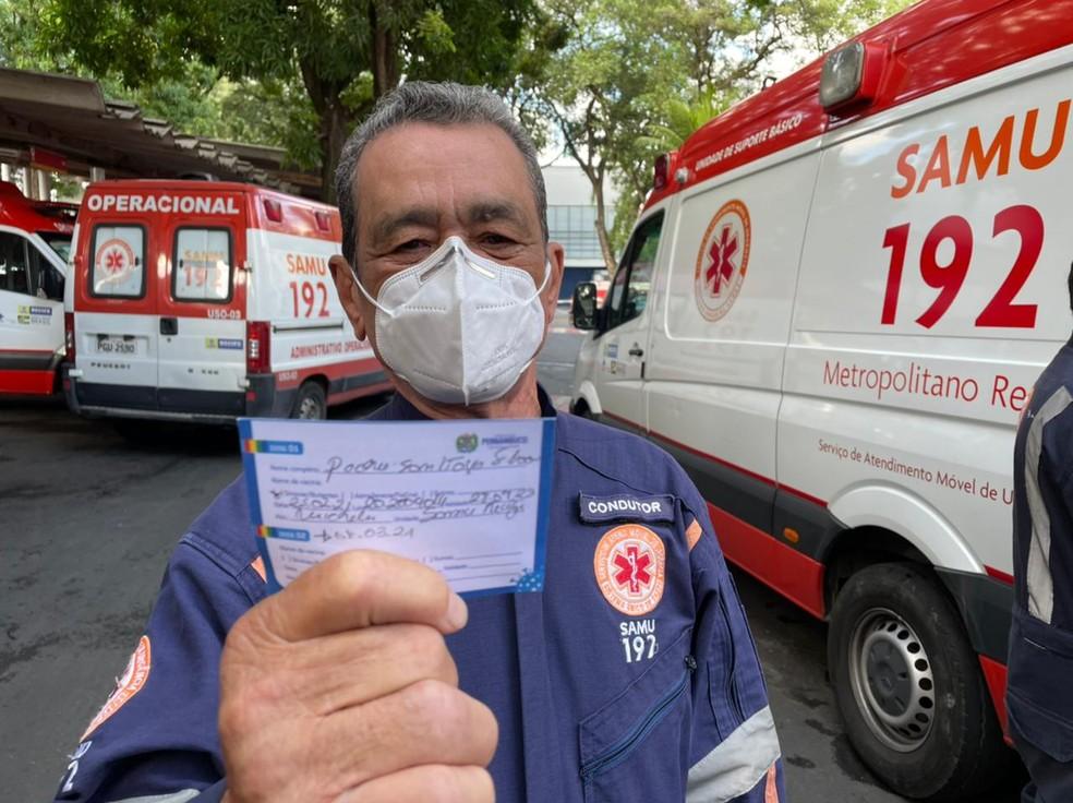 Pedro Santiago, de 66 anos, foi o primeiro funcionário da equipe a ser vacinado — Foto: Mhatteus Sampaio/TV Globo
