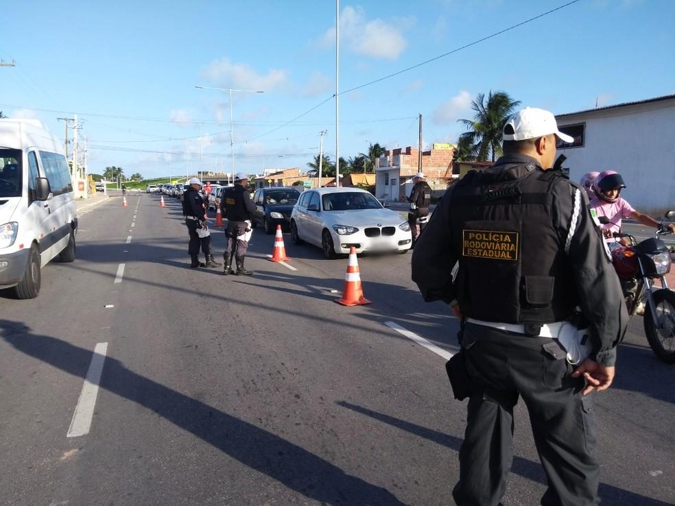 Uma das barreiras de fiscalização foi montada na Rua Conselheiro Tristão, na Zona Norte da cidade — Foto: PMRN/Divulgação