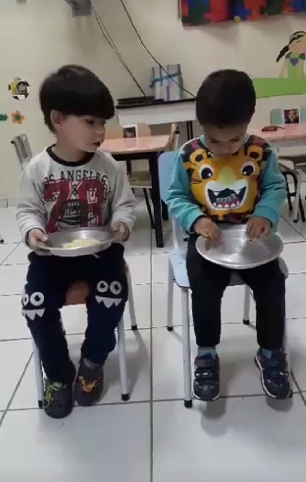 Crianças fazem atividade onde aprendem a dividir (Foto: Reprodução/Facebook)