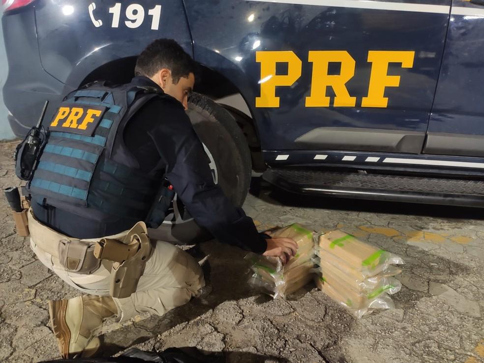 PRF apreendeu 10 quilos de pasta base de cocaína  — Foto: Divulgação/PRF