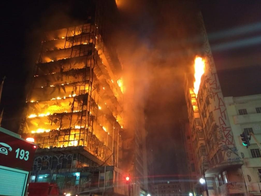Prédio em chamas no Centro de São Paulo durante a madrugada (Foto: Divulgação/Corpo de Bombeiros)