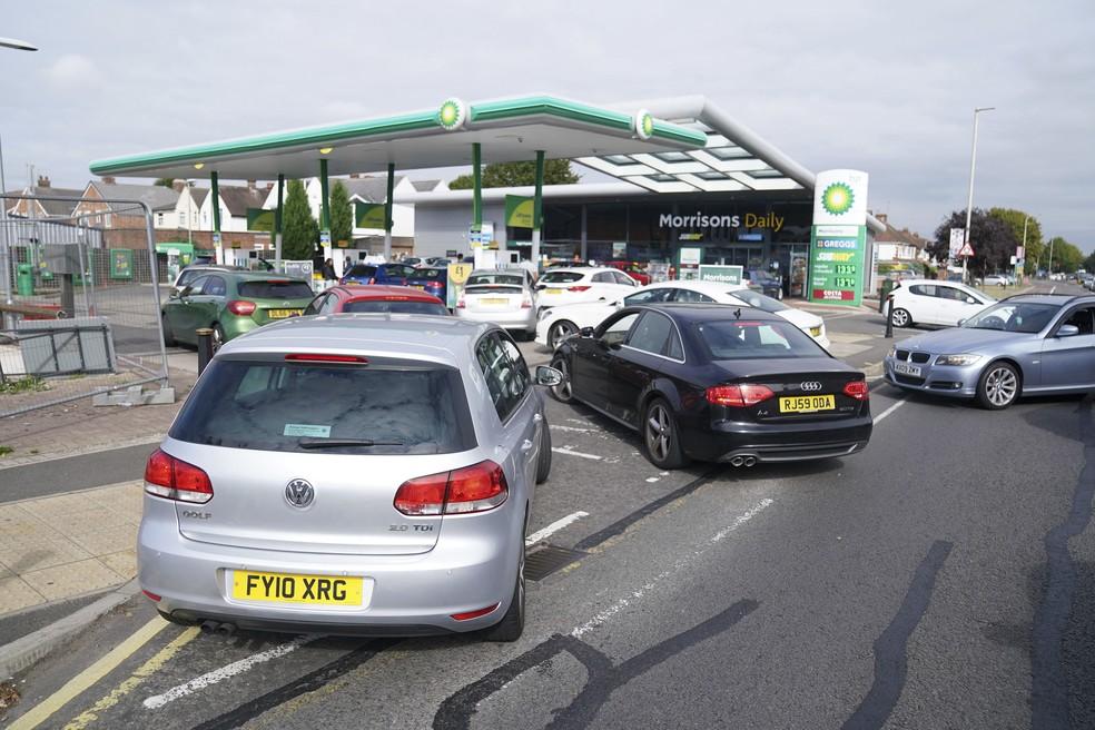 Posto de gasolina em Leicester, na Inglaterra, teve longas filas no sábado (25) — Foto: Mike Egerton//PA via AP