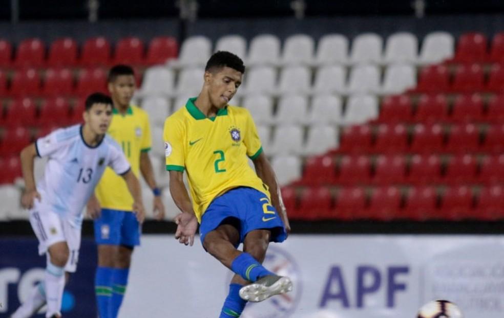 Vinícius Tobias marca de pênalti na final do Sul-Americano sub-15 — Foto: Rudy Lesca/Divulgação, CBF