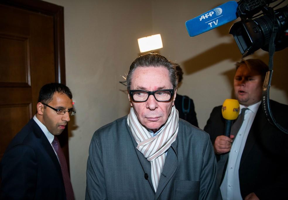 Foto de 19 de setembro de  2018 mostra o fotógrafo e diretor artístico francês Jean-Claude Arnault (ao centro) chegando a uma corte em Estocolmo; ele foi acusado de estupro e abuso sexual — Foto: Jonathan Nackstrand/AFP