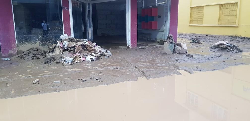 Manhã de sexta-feira (18): Centro de Presidente Getúlio ficou cheio de lama após enxurrada — Foto: Paulo Mueller/NSC TV