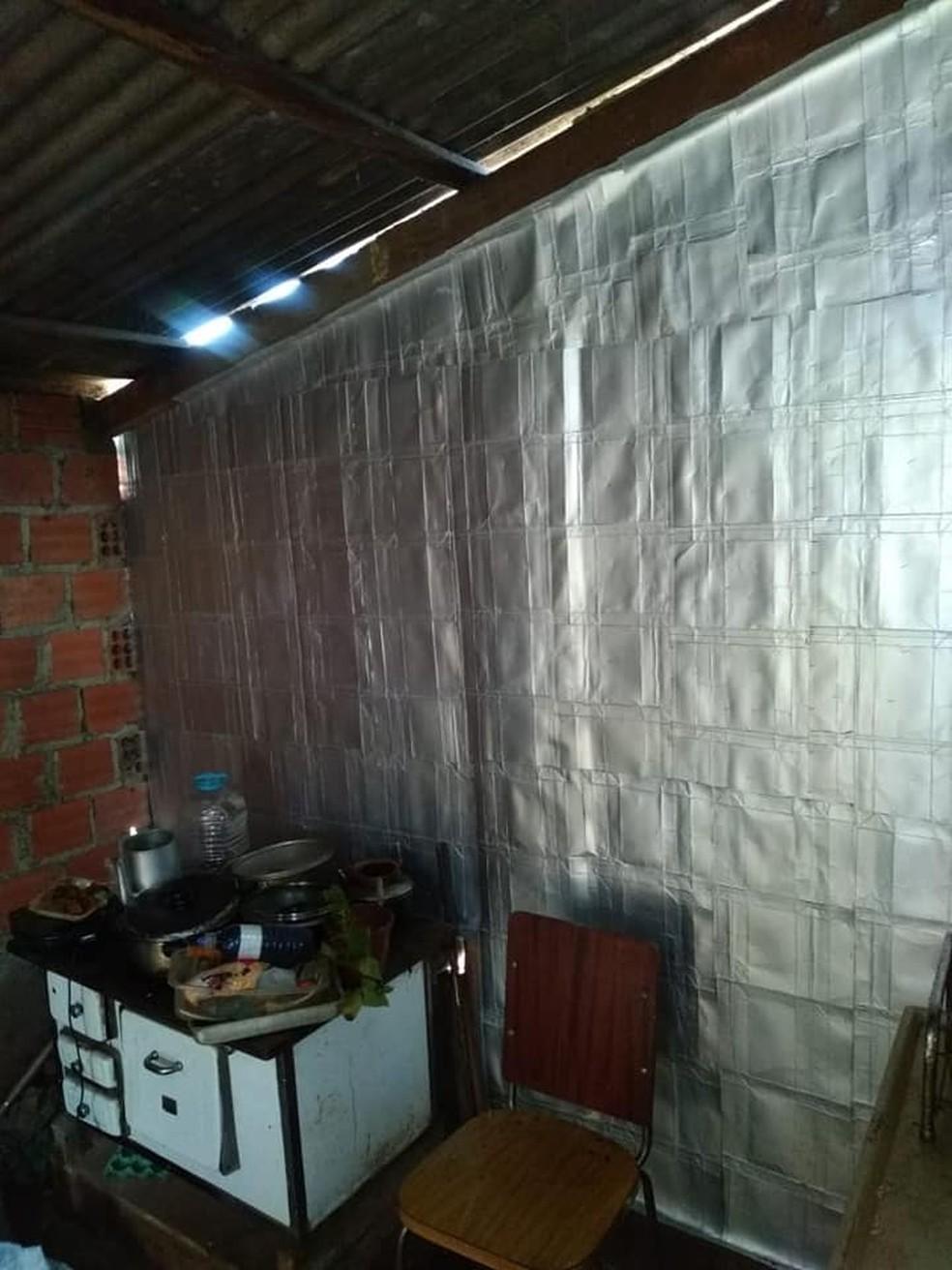 Placas de revestimento ajudam a proteger as famílias do vento e da chuva. — Foto: Reprodução/Facebook.