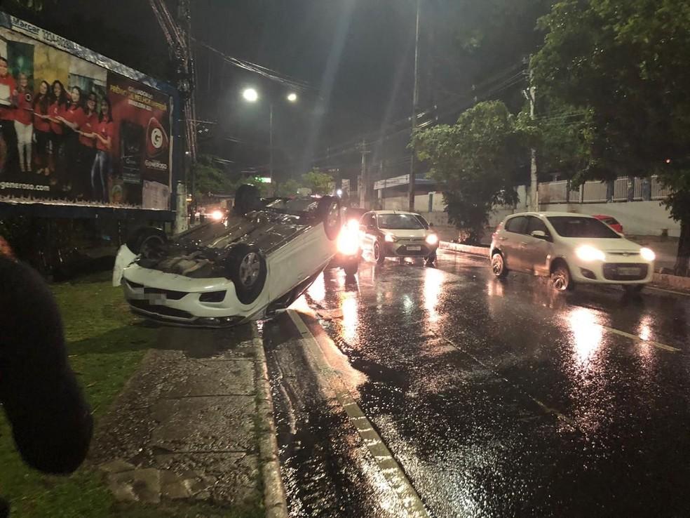 Carro capotou durante chuva, mas não deixou feridos. — Foto: Rebeca Beatriz/G1 AM