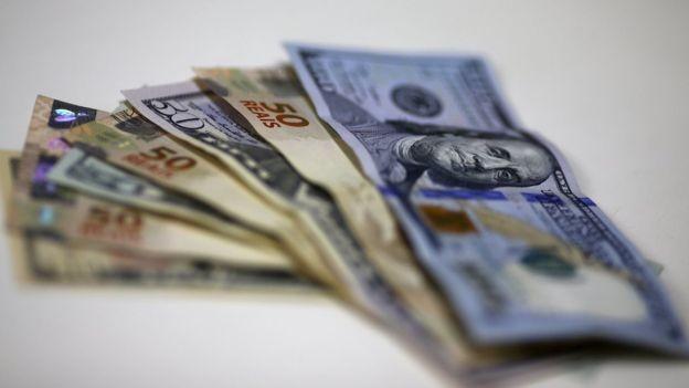 Cédulas de real e dólar; o humor da economia externa afeta de forma importante o ambiente doméstico  (Foto: Reuters/via BBC News Brasil)
