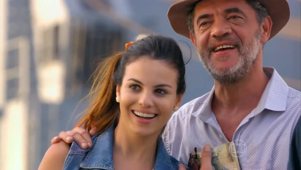 Duque (Jean Pierre Noher) e Amaralina (Sthefany Brito) ficam empolgados com vista do Brasil - Flor do Caribe' — Foto: Globo