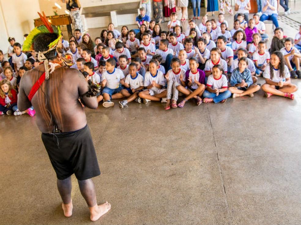 Índio da tribo Fulni-Ô faz apresentação para crianças em escola do DF (Foto: Pablo Ravi/Divulgação)