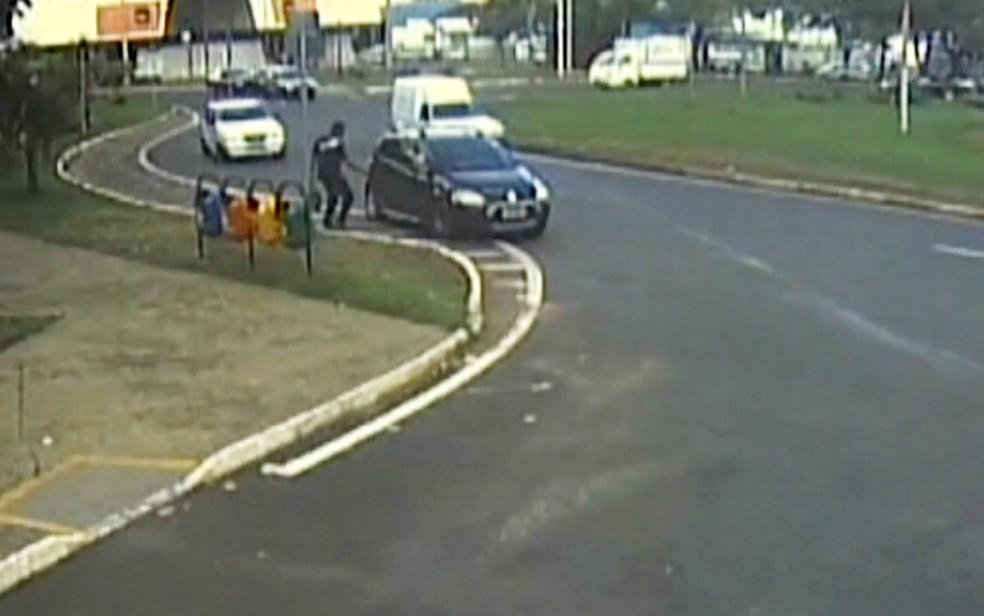 Câmera mostra Pedrão entrando no carro de Matuzalém, onde já estavam Izabela e os gêmeos, em Uberaba (MG)