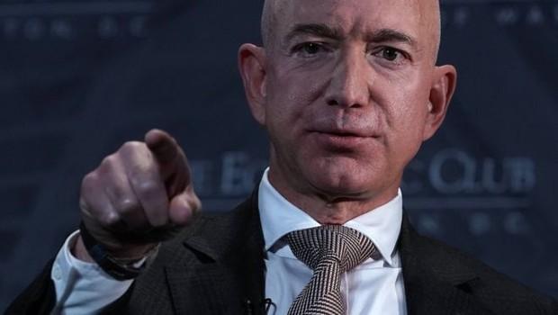 Ao anunciar fundo bilionário para filantropia, Bezos foi alvo de críticas que contrapunham a boa ação ao modelo de negócios da Amazon (Foto: Getty Images via BBC)