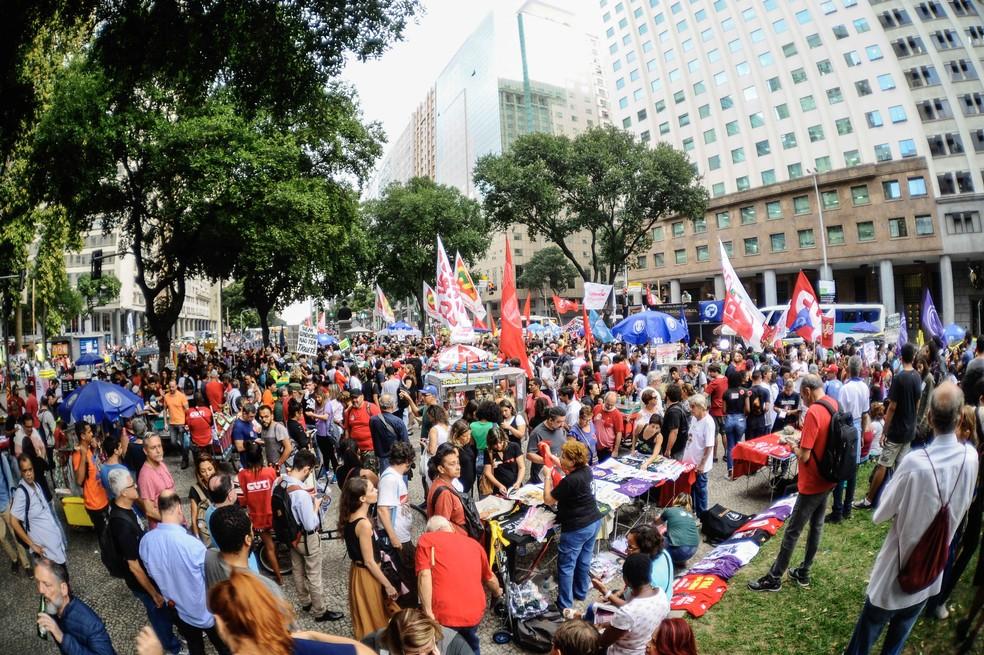 Manifestantes participam de ato em defesa da educação — Foto: Allan Carvalho/AM Press & Images/Estadão Conteúdo