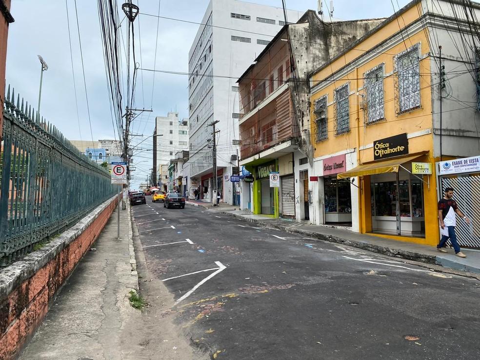 Rua no Centro de Manaus tinha pouco movimento de veículos — Foto: Carolina Diniz/G1AM