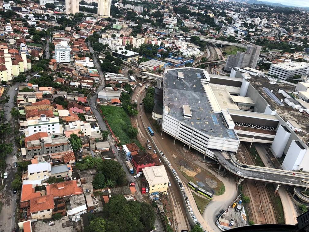 Estragos ainda eram vistos na Avenida Vilarinho, na Região de Venda Nova, em BH, neste sábado (4) — Foto: Danilo Girundi/TV Globo