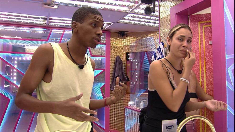 BBB21: Após Rodolffo reclamar de barulho na sala, Lucas Penteado aconselha Sarah: 'Não podemos ganhar mais votos' — Foto: Globo